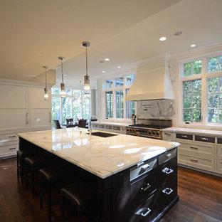 Klassische Küche mit Schrankfronten mit vertiefter Füllung, weißen Schränken, Marmor-Arbeitsplatte, Küchenrückwand in Weiß und Rückwand aus Stein in San Francisco