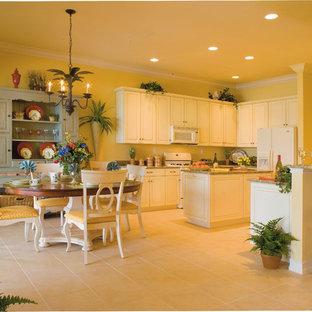 マイアミの広いカントリー風おしゃれなキッチン (アンダーカウンターシンク、レイズドパネル扉のキャビネット、白いキャビネット、御影石カウンター、白い調理設備、セラミックタイルの床) の写真