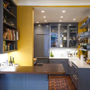 ニューヨークの小さいエクレクティックスタイルのおしゃれなキッチン (エプロンフロントシンク、シェーカースタイル扉のキャビネット、グレーのキャビネット、クオーツストーンカウンター、白いキッチンパネル、セラミックタイルのキッチンパネル、濃色無垢フローリング) の写真