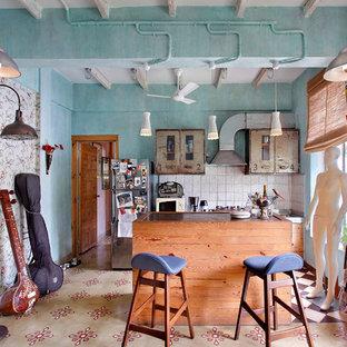 Diseño de cocina comedor de galera, industrial, pequeña, con salpicadero de azulejos de cerámica, una isla, fregadero encastrado, armarios con paneles lisos, electrodomésticos de acero inoxidable, salpicadero blanco y suelo multicolor