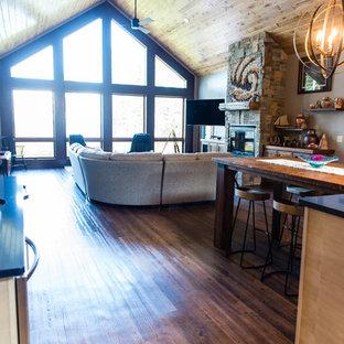 他の地域の北欧スタイルのおしゃれなキッチン (エプロンフロントシンク、フラットパネル扉のキャビネット、淡色木目調キャビネット、クオーツストーンカウンター、ベージュキッチンパネル、セラミックタイルのキッチンパネル、カラー調理設備、クッションフロア、茶色い床) の写真