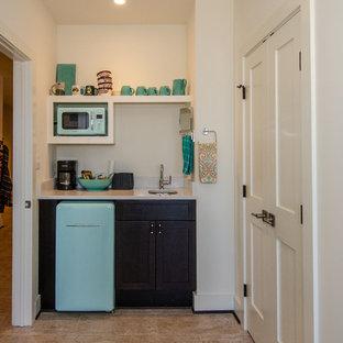 Kleine, Zweizeilige Nordische Küche ohne Insel mit Vorratsschrank, offenen Schränken, weißen Schränken, Edelstahl-Arbeitsplatte, Küchengeräten aus Edelstahl, braunem Holzboden und braunem Boden in Washington, D.C.