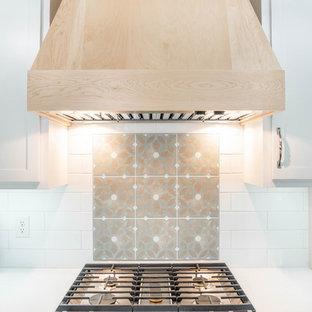 他の地域の北欧スタイルのおしゃれなキッチン (エプロンフロントシンク、シェーカースタイル扉のキャビネット、淡色木目調キャビネット、クオーツストーンカウンター、白いキッチンパネル、セラミックタイルのキッチンパネル、パネルと同色の調理設備、セラミックタイルの床、白い床、白いキッチンカウンター) の写真
