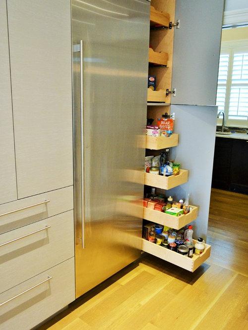 Cuisine avec un placard porte vitr e et un garde manger for Placard garde manger cuisine