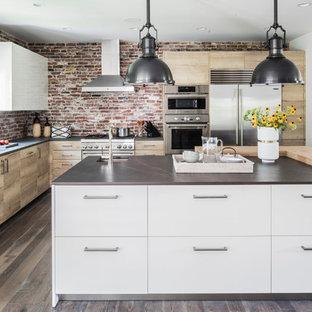 Idéer för ett rustikt grå l-kök, med en undermonterad diskho, släta luckor, skåp i ljust trä, rött stänkskydd, stänkskydd i tegel, rostfria vitvaror, mörkt trägolv, en köksö och brunt golv