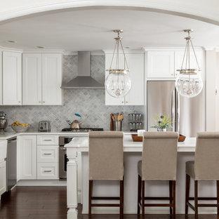 Неиссякаемый источник вдохновения для домашнего уюта: большая угловая кухня-гостиная в современном стиле с раковиной в стиле кантри, фасадами с утопленной филенкой, белыми фасадами, столешницей из гранита, серым фартуком, фартуком из мрамора, техникой из нержавеющей стали, полом из бамбука, островом, коричневым полом и белой столешницей