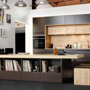 Ispirazione per una cucina parallela design con ante lisce, top in legno, paraspruzzi beige, paraspruzzi in legno, penisola e top beige