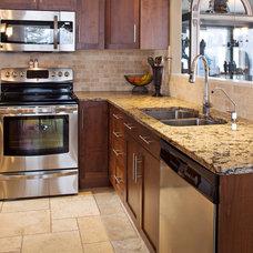 Contemporary Kitchen by B. Gallant Homes Ltd.