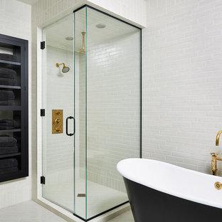 Неиссякаемый источник вдохновения для домашнего уюта: большая кухня-гостиная в стиле современная классика с врезной раковиной, фасадами в стиле шейкер, черными фасадами, столешницей из кварцевого композита, белым фартуком, фартуком из каменной плиты, техникой под мебельный фасад, светлым паркетным полом, желтым полом и белой столешницей
