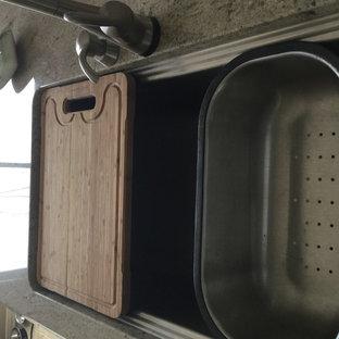 Foto di una cucina a L tradizionale chiusa e di medie dimensioni con lavello a tripla vasca, ante con riquadro incassato, ante beige, top in granito, paraspruzzi beige, paraspruzzi con piastrelle a mosaico, elettrodomestici in acciaio inossidabile, pavimento in gres porcellanato e isola