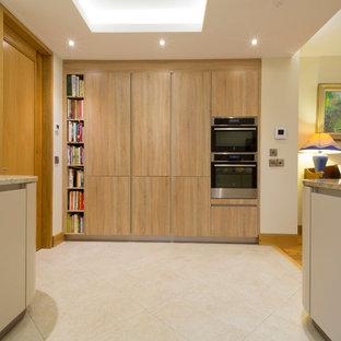 Idee per una cucina minimal di medie dimensioni con lavello sottopiano, ante lisce, ante beige, top in granito e nessuna isola