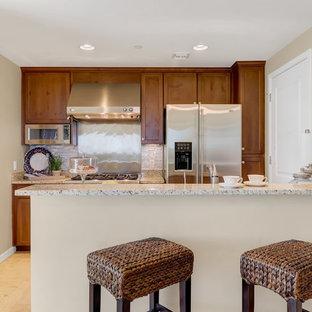 フェニックスの小さいトランジショナルスタイルのおしゃれなキッチン (シェーカースタイル扉のキャビネット、中間色木目調キャビネット、御影石カウンター、ベージュキッチンパネル、モザイクタイルのキッチンパネル、シルバーの調理設備の、トラバーチンの床、アイランドなし、ベージュの床、ベージュのキッチンカウンター) の写真