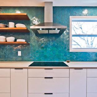 ナッシュビルの広いコンテンポラリースタイルのおしゃれなキッチン (アンダーカウンターシンク、フラットパネル扉のキャビネット、白いキャビネット、クオーツストーンカウンター、青いキッチンパネル、テラコッタタイルのキッチンパネル、シルバーの調理設備、無垢フローリング、茶色い床、ベージュのキッチンカウンター) の写真