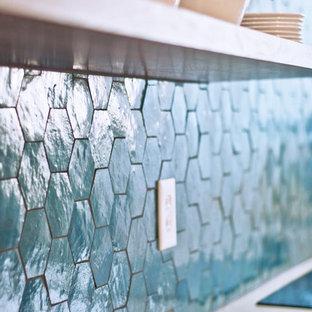 ナッシュビルの大きいコンテンポラリースタイルのおしゃれなキッチン (アンダーカウンターシンク、フラットパネル扉のキャビネット、白いキャビネット、クオーツストーンカウンター、青いキッチンパネル、テラコッタタイルのキッチンパネル、シルバーの調理設備の、無垢フローリング、茶色い床、ベージュのキッチンカウンター) の写真