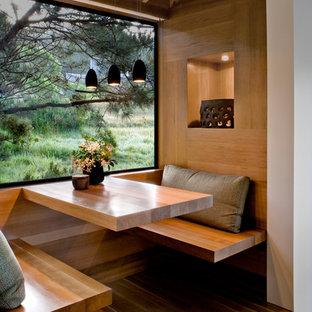 Ejemplo de cocina comedor rústica con suelo de madera clara