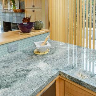 Imagen de cocina en U, contemporánea, grande, abierta, sin isla, con armarios con paneles lisos y encimeras turquesas