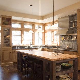 Esempio di una cucina contemporanea con top in legno