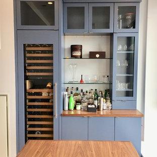 Foto di una cucina minimal di medie dimensioni con ante lisce, ante blu, top in quarzo composito, paraspruzzi bianco, paraspruzzi con piastrelle in ceramica e isola