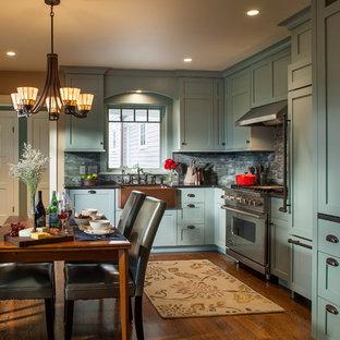 Imagen de cocina comedor en L, tradicional, con fregadero sobremueble, armarios estilo shaker, puertas de armario turquesas y encimera de granito