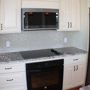 ニューヨークの中くらいのエクレクティックスタイルのおしゃれなキッチン (アンダーカウンターシンク、インセット扉のキャビネット、白いキャビネット、御影石カウンター、ベージュキッチンパネル、ガラスタイルのキッチンパネル、シルバーの調理設備、無垢フローリング、ベージュの床、グレーのキッチンカウンター) の写真