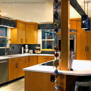 シアトルの大きいミッドセンチュリースタイルのおしゃれなキッチン (ドロップインシンク、フラットパネル扉のキャビネット、淡色木目調キャビネット、珪岩カウンター、黒いキッチンパネル、シルバーの調理設備、リノリウムの床、白いキッチンカウンター) の写真