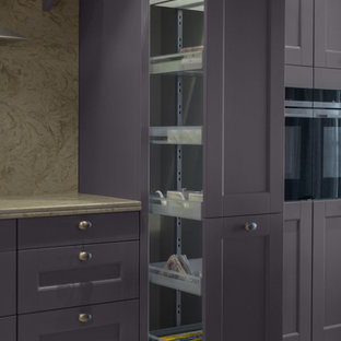 Exemple d'une grand cuisine ouverte éclectique en L avec un évier 2 bacs, un placard à porte persienne, des portes de placard violettes, un plan de travail en quartz modifié, une crédence beige, une crédence en dalle de pierre, un électroménager de couleur, un sol en carrelage de céramique, une péninsule, un sol beige et un plan de travail beige.