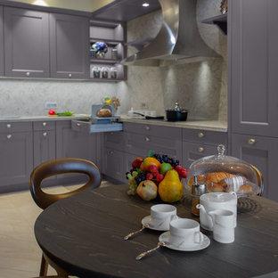 他の地域の大きいエクレクティックスタイルのおしゃれなキッチン (ダブルシンク、ルーバー扉のキャビネット、紫のキャビネット、クオーツストーンカウンター、ベージュキッチンパネル、石スラブのキッチンパネル、カラー調理設備、セラミックタイルの床、ベージュの床、ベージュのキッチンカウンター) の写真