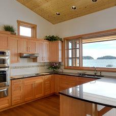 Traditional Kitchen by Spani Developments Ltd.