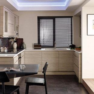 Esempio di una piccola cucina minimalista con lavello sottopiano, ante lisce, ante in legno chiaro, top in pietra calcarea, paraspruzzi nero, elettrodomestici in acciaio inossidabile, pavimento in gres porcellanato, nessuna isola e pavimento nero
