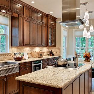 Immagine di una cucina tradizionale con lavello stile country e top in granito