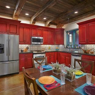 Idéer för mellanstora amerikanska kök, med en undermonterad diskho, luckor med upphöjd panel, röda skåp, bänkskiva i koppar, flerfärgad stänkskydd, stänkskydd i keramik, rostfria vitvaror och betonggolv