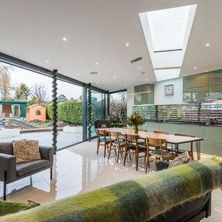 サリーの中くらいのコンテンポラリースタイルのおしゃれなキッチン (アンダーカウンターシンク、フラットパネル扉のキャビネット、緑のキャビネット、メタリックのキッチンパネル、レンガのキッチンパネル、パネルと同色の調理設備、セラミックタイルの床、アイランドなし、ベージュの床) の写真