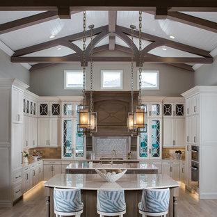 Offene, Große Klassische Küche in U-Form mit weißen Schränken, Granit-Arbeitsplatte, Küchenrückwand in Beige, zwei Kücheninseln, braunem Boden, profilierten Schrankfronten, Rückwand aus Mosaikfliesen, Küchengeräten aus Edelstahl, dunklem Holzboden und beiger Arbeitsplatte in Miami
