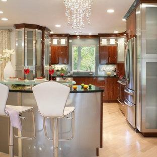 Idee per una grande cucina moderna con lavello sottopiano, ante lisce, ante in acciaio inossidabile, top in superficie solida, paraspruzzi blu, paraspruzzi con piastrelle di vetro, elettrodomestici in acciaio inossidabile, parquet chiaro e isola