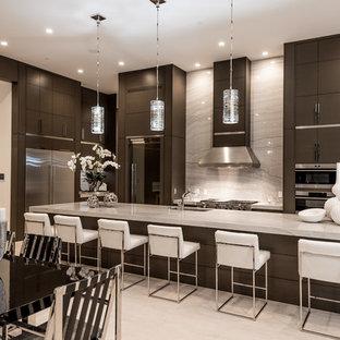 Offene, Mittelgroße Moderne Küche in L-Form mit Unterbauwaschbecken, dunklen Holzschränken, Granit-Arbeitsplatte, Küchengeräten aus Edelstahl, Travertin, Kücheninsel, flächenbündigen Schrankfronten, Küchenrückwand in Weiß, Rückwand aus Stein und grauem Boden in Las Vegas