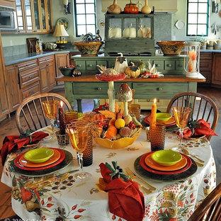 Zweizeilige, Kleine Rustikale Wohnküche mit offenen Schränken, orangefarbenen Schränken, Küchenrückwand in Gelb und Rückwand aus Mosaikfliesen in New York