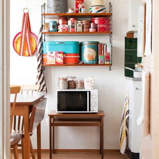 Imagen de cocina lineal, retro, pequeña, cerrada, sin isla, con armarios abiertos, puertas de armario de madera en tonos medios y suelo de contrachapado