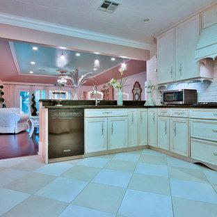 ニューオリンズの大きいシャビーシック調のおしゃれなキッチン (御影石カウンター、白いキッチンパネル、磁器タイルの床、ドロップインシンク、落し込みパネル扉のキャビネット、ベージュのキャビネット、サブウェイタイルのキッチンパネル、シルバーの調理設備、ベージュの床) の写真