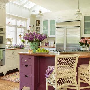 Foto på ett stort shabby chic-inspirerat kök med öppen planlösning, med en rustik diskho, luckor med glaspanel, vita skåp, träbänkskiva, vitt stänkskydd, rostfria vitvaror, mellanmörkt trägolv och en köksö