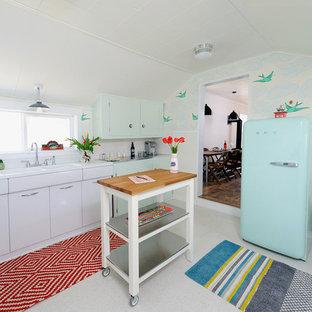 Immagine di una cucina eclettica chiusa con lavello integrato e elettrodomestici colorati