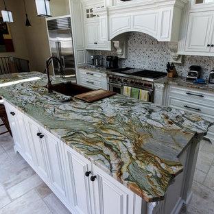 他の地域の中くらいのコンテンポラリースタイルのおしゃれなキッチン (御影石カウンター、アンダーカウンターシンク、レイズドパネル扉のキャビネット、白いキャビネット、マルチカラーのキッチンパネル、磁器タイルのキッチンパネル、シルバーの調理設備、大理石の床、白い床) の写真