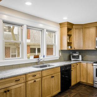Idéer för att renovera ett mellanstort amerikanskt kök, med en undermonterad diskho, skåp i shakerstil, skåp i ljust trä, granitbänkskiva, stänkskydd i glaskakel, grått stänkskydd, svarta vitvaror, linoleumgolv och en halv köksö