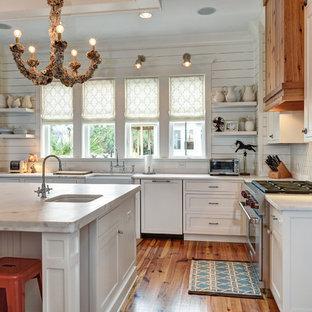 Foto på ett vintage l-kök, med en rustik diskho, luckor med infälld panel, vita skåp, vitt stänkskydd, rostfria vitvaror och marmorbänkskiva