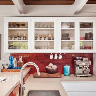 Offene, Zweizeilige, Mittelgroße Retro Küche mit Unterbauwaschbecken, Glasfronten, weißen Schränken, Speckstein-Arbeitsplatte, Küchenrückwand in Rot, Rückwand aus Keramikfliesen, Küchengeräten aus Edelstahl, dunklem Holzboden und Halbinsel in San Francisco