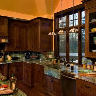 マンチェスターのおしゃれなキッチン (エプロンフロントシンク、緑のキッチンカウンター) の写真