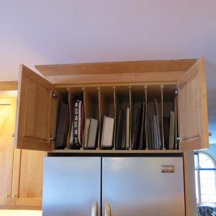 ポートランド(メイン)の中サイズのトランジショナルスタイルのおしゃれなキッチン (ダブルシンク、シェーカースタイル扉のキャビネット、中間色木目調キャビネット、御影石カウンター、緑のキッチンパネル、セラミックタイルのキッチンパネル、シルバーの調理設備、無垢フローリング) の写真