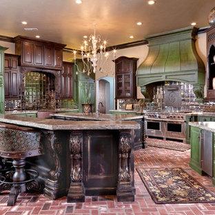 Geräumige Klassische Küche mit grünen Schränken, Granit-Arbeitsplatte, Küchenrückwand in Metallic, Rückwand aus Glasfliesen, Backsteinboden und Kücheninsel in Oklahoma City