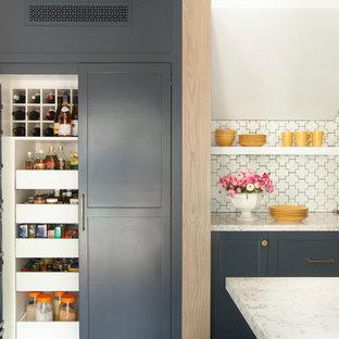 ロサンゼルスのトランジショナルスタイルのおしゃれなパントリー (シェーカースタイル扉のキャビネット、白いキッチンパネル) の写真