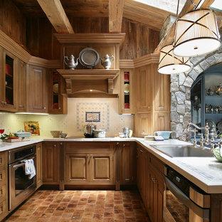 ラスベガスの広いヴィクトリアン調のおしゃれなキッチン (タイルカウンター、ドロップインシンク、インセット扉のキャビネット、中間色木目調キャビネット、白いキッチンパネル、セラミックタイルのキッチンパネル、シルバーの調理設備、無垢フローリング) の写真