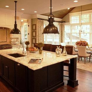 Esempio di una cucina abitabile vittoriana con lavello sottopiano, ante in stile shaker, ante bianche, paraspruzzi beige, paraspruzzi con piastrelle diamantate e elettrodomestici in acciaio inossidabile